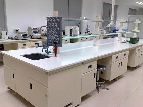 实验台是食品厂、化学研究、化妆品、医疗、检测、水资源、石油等企业单位里,需要用来做一些有关实验检测或者放置实验室仪器的台子。